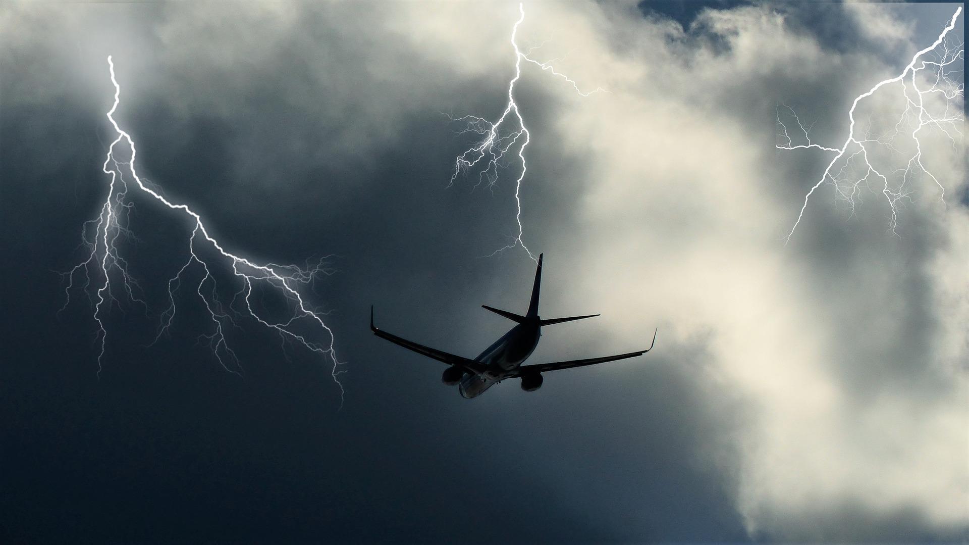 samolot lecący w trakcie trwania burzy