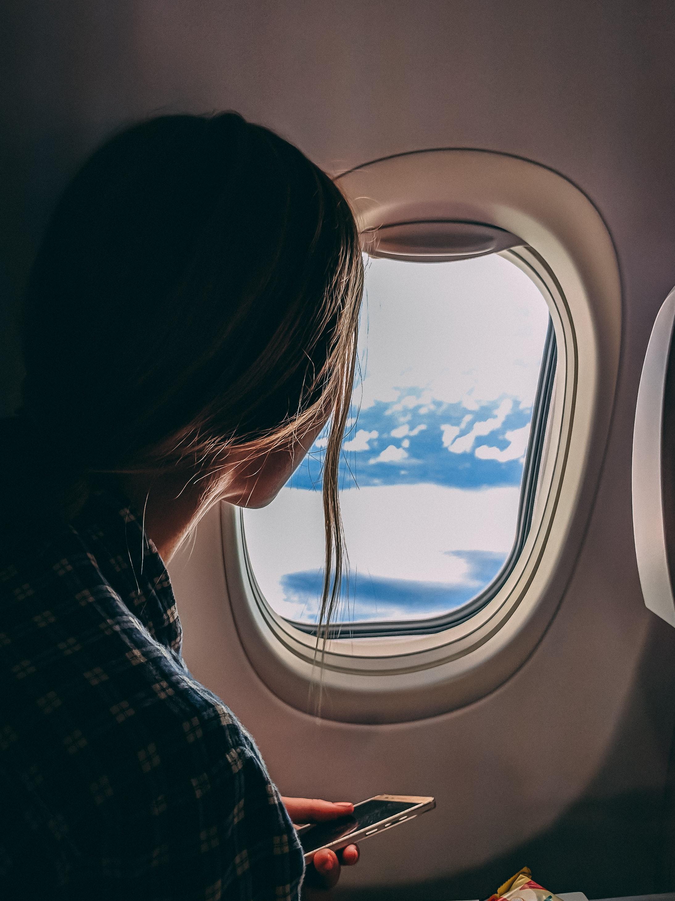 kobieta wyglądająca za okno