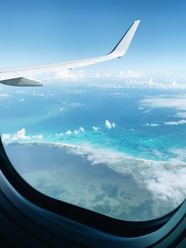 Widok z okna samolotu – skrzydła i chmury – loty w dobie pandemii