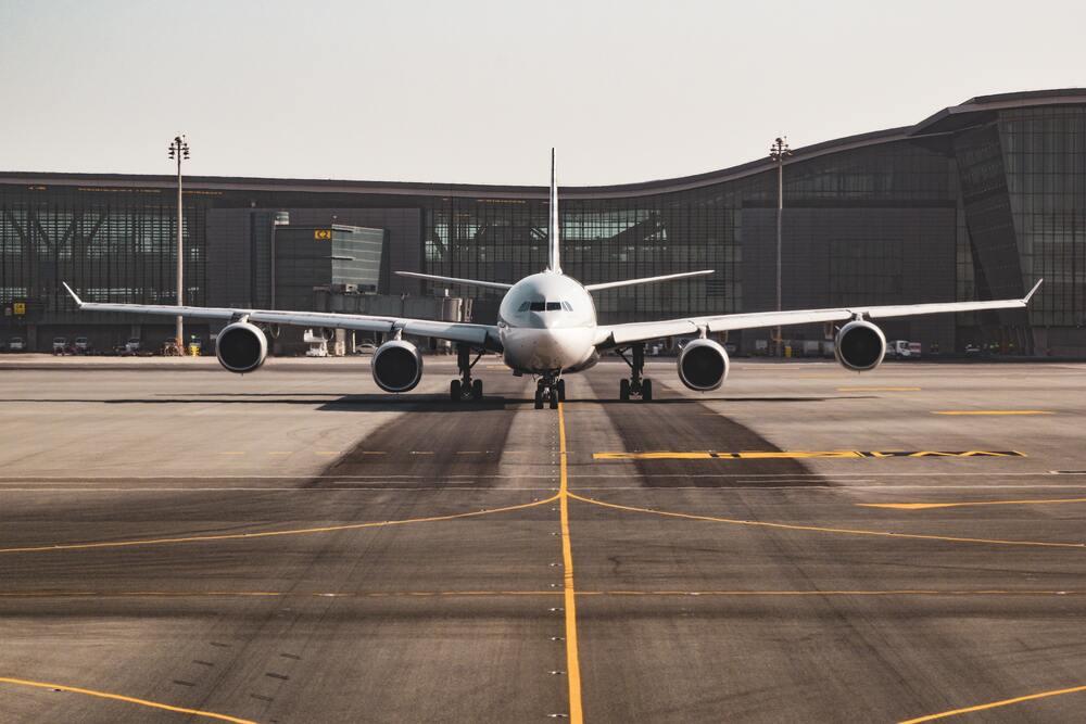 Samolot stojący przed terminalem