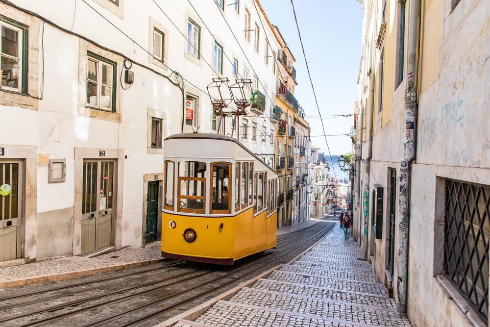 Tramwaj na ulicy Lizbony