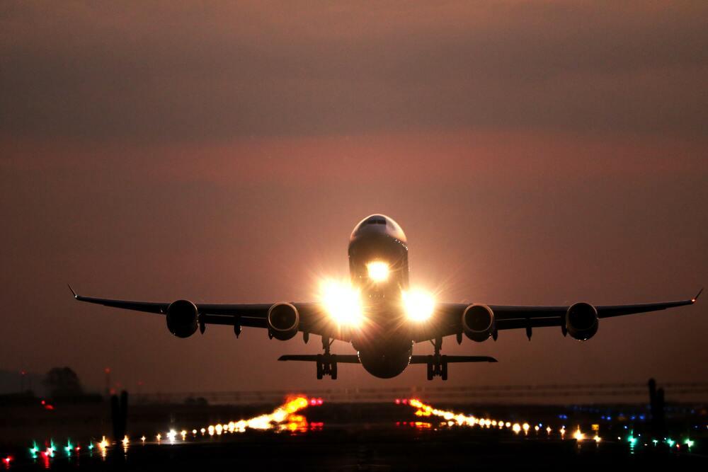 Startujący samolot na pasie startowym