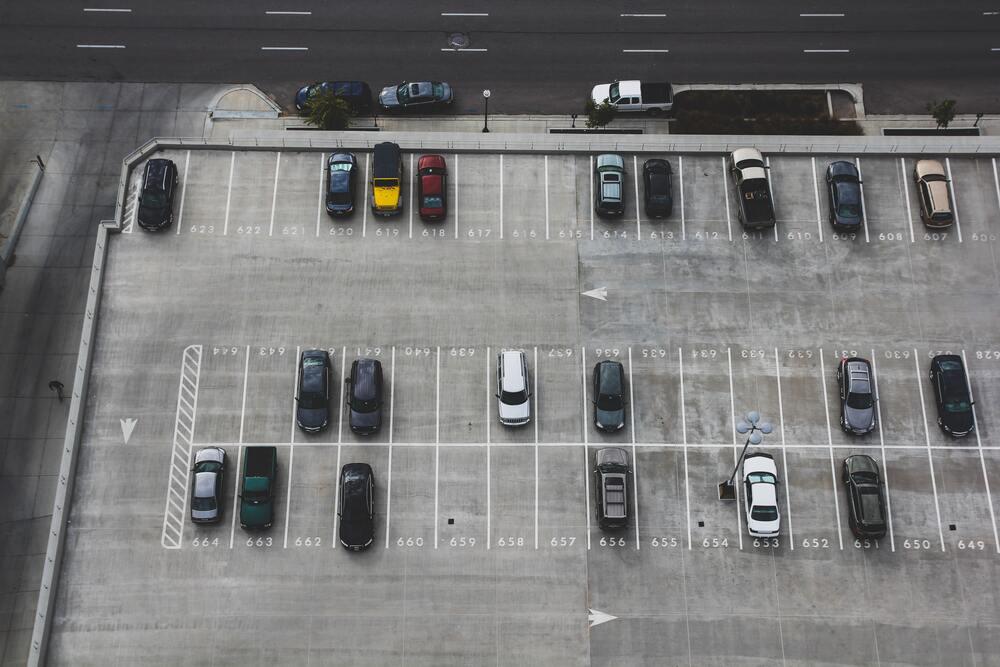 Miejsca postojowe na parkingu koło lotniska