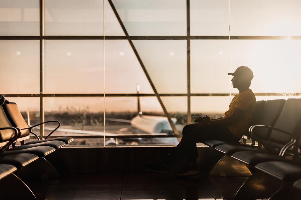 Mężczyzna czekający na samolot